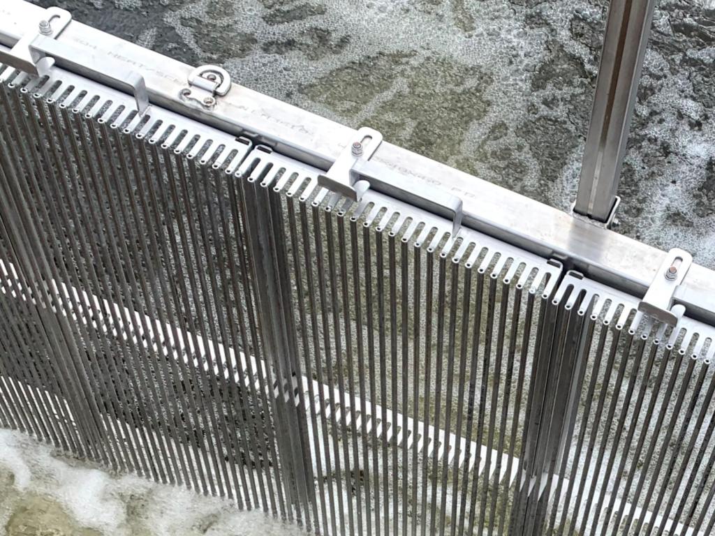 Närbild på lättrensade galler i rostfritt stål.